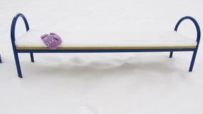 Osamotniona ławka w śniegu w zimie Obrazy Royalty Free