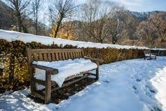 Osamotniona ławki pokrywa z śniegiem Zdjęcie Royalty Free