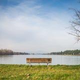 Osamotniona ławka na stronie jezioro Zdjęcia Royalty Free
