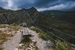 Osamotniona ławka w Montenegro górach Obrazy Stock