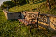 Osamotniona ławka w na wolnym powietrzu naturze Obrazy Royalty Free