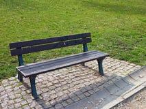 Osamotniona ławka w zielonym parku Zdjęcia Stock