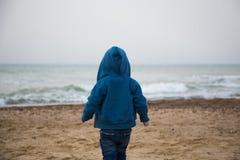 Osamotniona chłopiec na plażowym tylni widoku fotografia stock