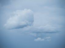 Osamotniona chmura przed chmurnym niebem Obraz Stock
