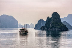Osamotniona dżonki łódź przed wapień górami Zdjęcia Stock