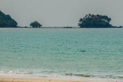 Osamotniona daleka wyspa z białym piaska drzewem i plażą gdy morze Obrazy Royalty Free