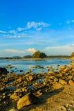 Osamotniona daleka wyspa z skały drzewem i plażą gdy woda morska Fotografia Stock