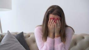 Osamotniona desperacka dorosła kobieta płacze w domu zbiory wideo