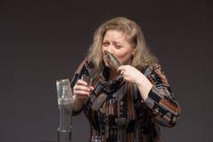 Osamotniona dojrzała gruba kobieta alkoholicznych napojów ajerówka od szkieł i zdjęcie royalty free