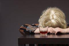 Osamotniona dojrzała gruba kobieta alkoholicznych napojów ajerówka od szkieł i zdjęcia stock