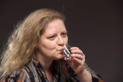 Osamotniona dojrzała gruba kobieta alkoholicznych napojów ajerówka od szkieł i obrazy stock
