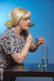 Osamotniona dojrzała gruba kobieta alkoholicznych napojów ajerówka od szkieł i zdjęcie stock