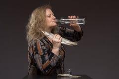 Osamotniona dojrzała gruba kobieta alkoholicznych napojów ajerówka od szkieł i obraz stock