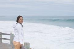 Osamotniona dojrzała kobieta przy oceanem Fotografia Royalty Free