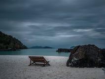Osamotniona drewniana łódź na plaży po deszczu Obrazy Royalty Free