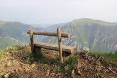 Osamotniona drewniana ławka blisko wysokiej falezy Zdjęcie Stock