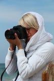 Osamotniona dziewczyna na morzu. Zdjęcie Stock