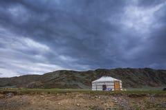 Osamotniona jurta przy stopą góry Obrazy Royalty Free