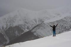 Osamotniona kobieta stawia czoło wyzwanie w górach, Pyrenees zdjęcie stock