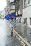 Osamotniona kobieta w deszczu obraz royalty free