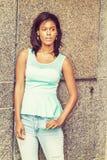 Osamotniona młoda amerykanin afrykańskiego pochodzenia kobiety pozycja na ulicie w Nowym Yo Obraz Royalty Free