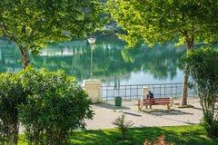 Osamotniona młoda kobieta w parku fotografia royalty free