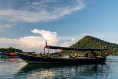 Osamotniona mała wyspa widoczna w odległości i rybaka łodzi Zdjęcie Royalty Free