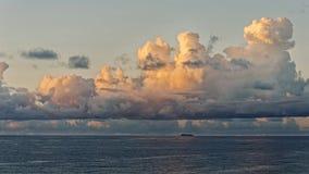 Osamotniona mała wyspa w oceanie Obrazy Royalty Free