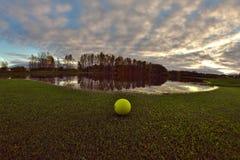 Osamotniona piłka golfowa fotografia royalty free
