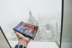 Osamotniona planety podróży książka w ręce, Szanghaj, Chiny Obrazy Royalty Free