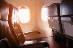 Osamotniona podróż samolotem, podróż dla biznesu samolotem gdzieś, i widziimy z samolotowego okno, nieba samolot widok obraz royalty free