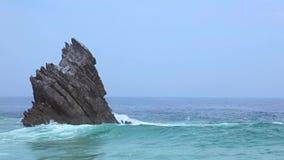 Osamotniona skała w kipieli i oceanie