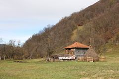 Osamotniona stajnia w fałdach Ribaritsa wioska obraz stock