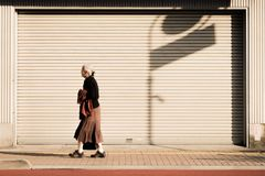 Osamotniona stara kobieta chodzi wzdłuż pobocza Tokio, Japonia fotografia royalty free