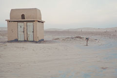 Osamotniona toaleta w pustyni Obraz Stock