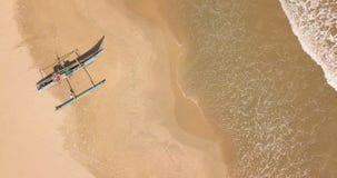 Osamotniona tradycyjna łódź rybacka na piaskowatej plaży Sri Lanka zdjęcie wideo