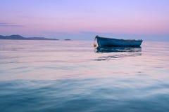 Osamotniona tradycyjna grecka łódź rybacka na wodzie morskiej Zdjęcia Royalty Free