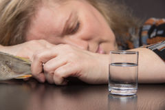 Osamotniona w średnim wieku kobieta pije ajerówki smucenia alkohol e i obraz royalty free
