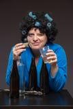 Osamotniona w średnim wieku kobieta pije i je wybór piwo i ajerówkę obraz stock
