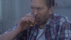 Osamotniona w średnim wieku przygnębiona samiec pije alkohol, siły woli nieobecność, nałóg zbiory