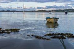Osamotniona wioślarska łódź zdjęcie royalty free