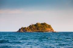 Osamotniona wyspa nad ocean linią horyzontu Zdjęcia Royalty Free