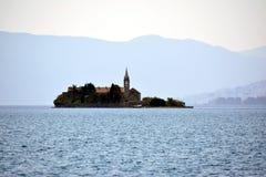 Osamotniona wyspa po środku morza przeciw tłu t Fotografia Stock