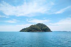 Osamotniona wyspa w akeane Fotografia Royalty Free
