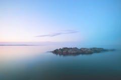 Osamotniona wyspa w jeziorze Fotografia Stock