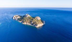 Osamotniona wyspa w wieczór słońcu Zdjęcie Stock