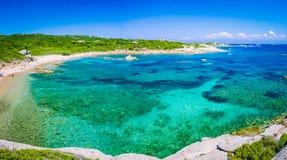 Osamotniona zatoka z lazur wodą blisko Porto Pollo, Sardinia wyspa, Włochy Obrazy Royalty Free