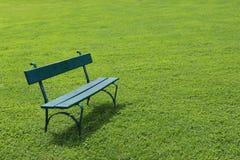 Osamotniona zielona ławka na skrót trawie Obraz Stock