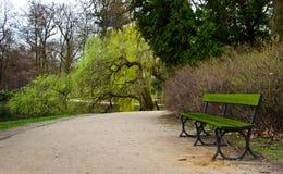 Osamotniona zielona ławka w parku obrazy stock