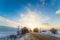 Osamotniona zimy droga która iść termin Wokoło śniegu bardzo piękne chmury przy zmierzchem Fotografia Royalty Free